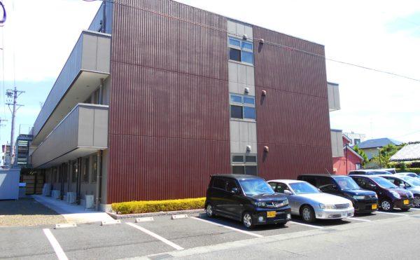 外観② 施設建物は3階建でツートンカラーでシャープで洗練された建物になっています。(プレミアムハートライフ大岩)