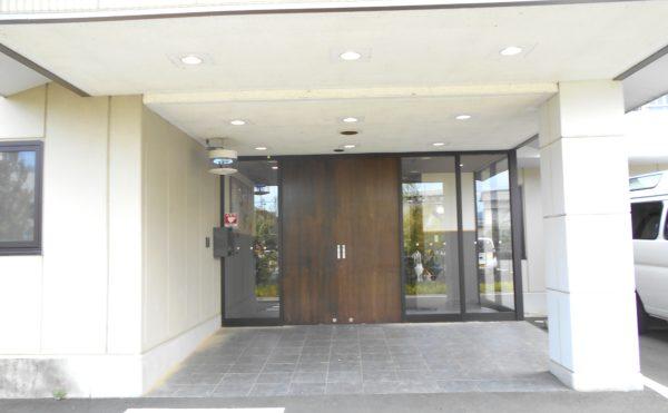 エントランス入口 エントランは大きな扉とピロティーになっているので雨の日も安心です。(プレミアムハートライフ小鹿公園前)