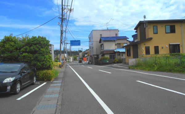 前面道路① 施設の前の道路は2車線あり、施設への行き来も不便がありません。(プレミアムハートライフ小鹿公園前)