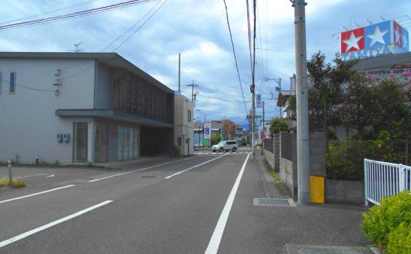 前面道路② 施設周辺には商業施設も点在し、便利な環境となっています。(プレミアムハートライフ小鹿公園前)