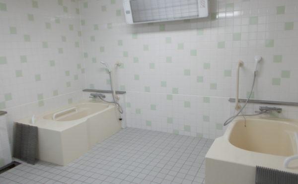 個浴 清潔感があり、床と壁にはタイル貼りの広い浴室で快適に入浴する事が出来ます。(ふるさとホーム西焼津)