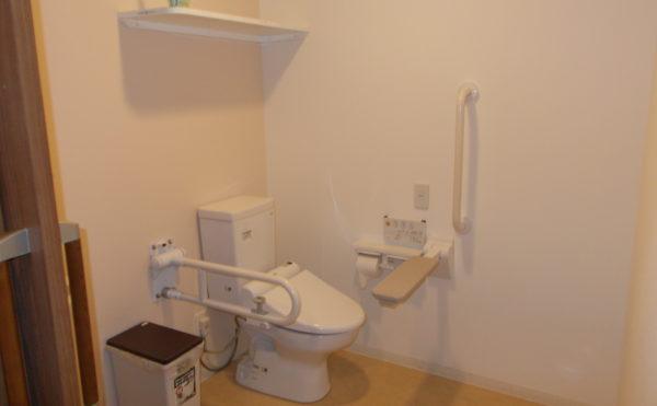 居室内トイレ 清潔感がある広いトイレには手すりが適所に配置されて安心して利用する事が出来ます。(ふるさとホーム西焼津)