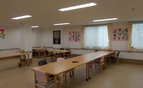 食堂  広くて開放的な食堂で、テーブルもナチュラルに統一され毎日快適に食事することが出来ます。(ふるさとホーム西焼津)