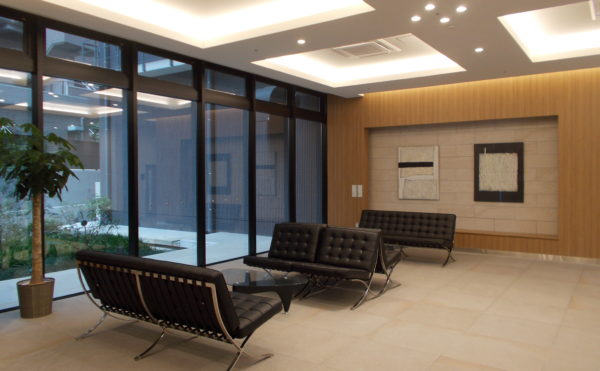 エントランス エントランスホールには大きなソファーが設置され、中庭の景観を楽しむ事が出来ます。(コルディアーレ藤枝)