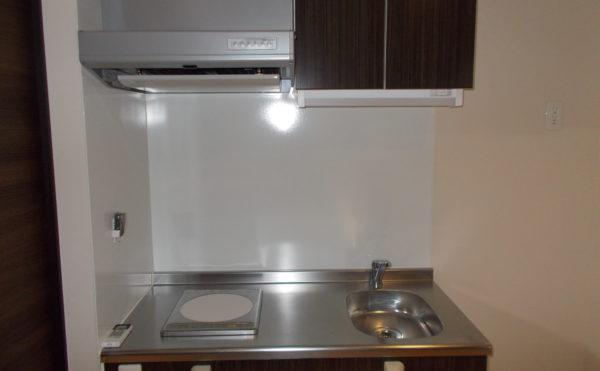 居室内キッチン IHクッキングヒーターのあるミニキッチンは清潔感があり便利な設備です。(コルディアーレ藤枝)