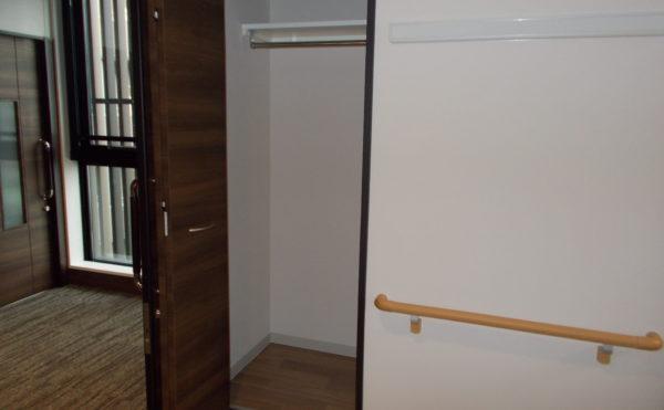 居室内物置 折れ戸の扉で大きな取っ手が取り付けられていて、持ち易い配慮がされています。(コルディアーレ藤枝)