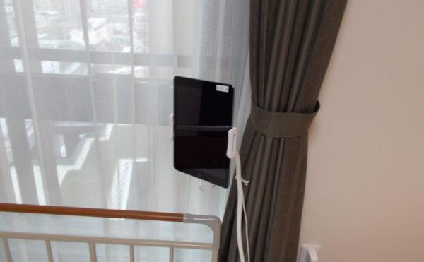 入居者様専用iPad ベッドに居ながら、iPadを利用する事が出来ます。(介護付有料老人ホーム リヤンドファミーユ)