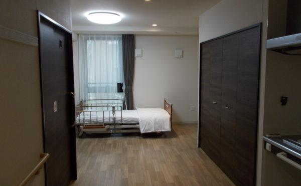 居室② 居室の中は統一された内装インテリアでダークな扉建具がお洒落を演出しています。(コルディアーレ藤枝)