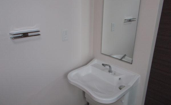 居室内洗面台 清潔感のあるホワイト色の洗面台で心地よく利用出来ます。(リヤンドファミーユ))