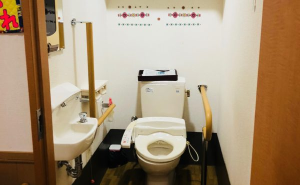 共用トイレ 清潔感のあるトイレで手すりが配置されていて安心して利用する事が出来ます。(ツクイ静岡川合グループホーム)
