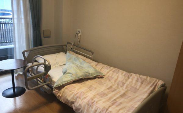 ベッド 個室には手すりのあるベッドが設置されていて安心して就寝することが出来ます。(介護付有料老人ホーム まはえ)