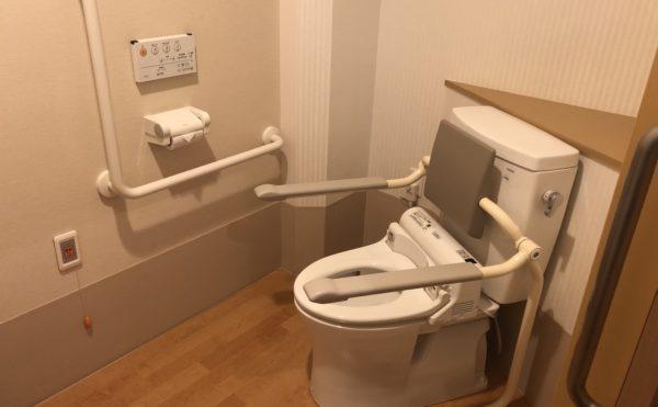 居室内のトイレ 充分な広さで、手すりが適所に配置され安心して利用することが出来ます。(介護付有料老人ホーム まはえ)