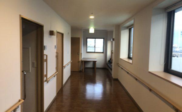 明るい廊下 大きな開放的な窓が配置されていて歩きながら外の景色を眺めることが出来ます。(介護付有料老人ホーム まはえ)