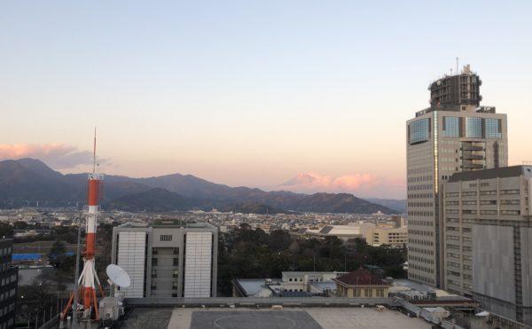 遠くに富士山が見えます 施設内からは富士山を遠くに見ることが出来ます。(ロングライフ・クイーンズ静岡呉服町)