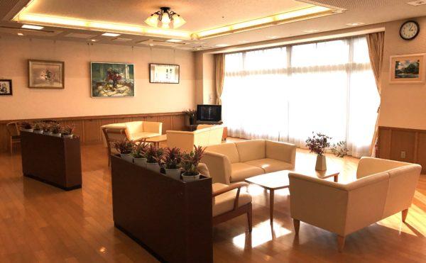 木のぬくもりがある温かい談話スペース  ミディアム色の床と腰壁材を施した内装(グランフォレストしずおか葵の森)
