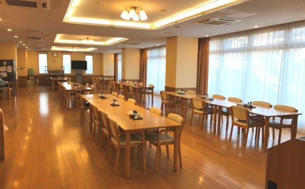 おいしいご飯が楽しみ! 大きな窓と開放感のある明るい食堂です。(グランフォレストしずおか葵の森)