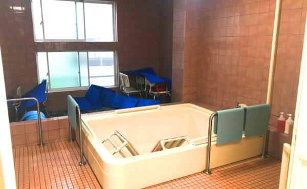 浴室 清潔感のある床と壁をタイル貼り内装で開放的な大きな窓がある大浴場になります。(ピュアライフ中田本町)