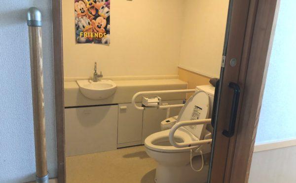 清潔なトイレ 清潔感のあるゆったりとしたトイレで手すりがあり安心して利用する事が出来ます。(グループホーム瀬名川)