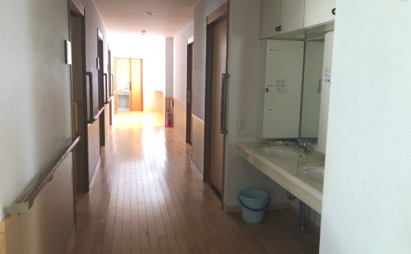 死角のない廊下 広い廊下には両側に手すりが設置されていて安心して移動する事が出来ます。(グループホーム瀬名川)