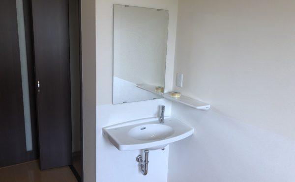 居室内の洗面所 一体したスペースに洗面が設置されていて安心して利用できます。(グループホームケアクオリティ和音)