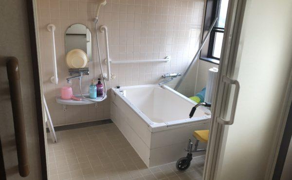 浴室 清潔感のある広めの浴室で、手すりなど安心して快適に利用する事が出来ます。(グループホームケアクオリティ和音)