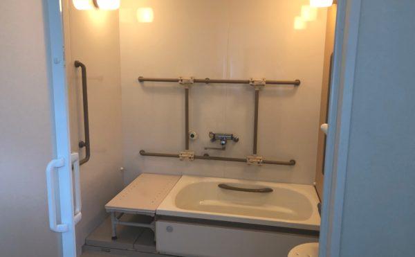 浴室 扉にはスライド扉が採用され、清潔感があり適所に手すりが配置され安心して利用する事が出来ます。(ハート・にしくぼ)