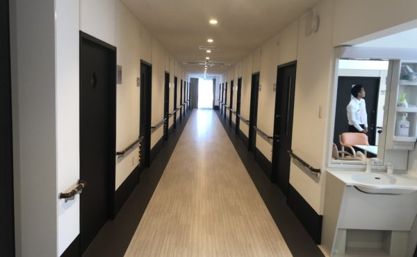 清潔な廊下 一直線の広い廊下は清潔感があり、両側には手すりが設置され移動するのが安心です。(ハート・にしくぼ)