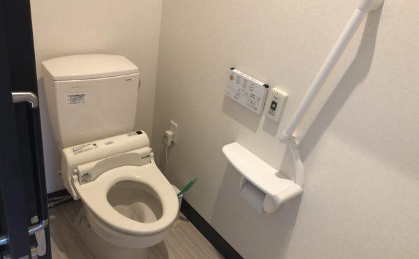 居室内トイレ 清潔感のある内装に適所に手すりが設置されていて安心して利用する事が出来ます。(ハート・にしくぼ)
