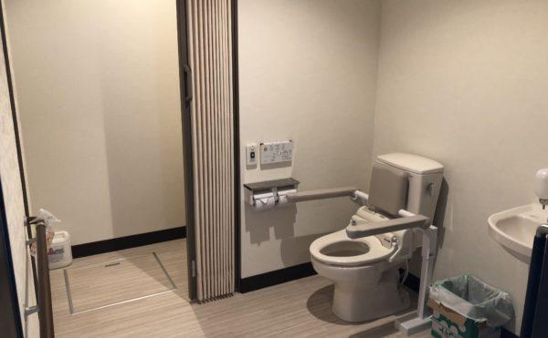 共有トイレ 清潔感のある内装に適所に手すりが設置されていて安心してご利用する事が出来ます。(ハート・にしくぼ)