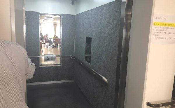 モニター付きエレベーター エレベーターには手すりが全周設置され安心してご利用する事が出来ます。(ハート・にしくぼ)