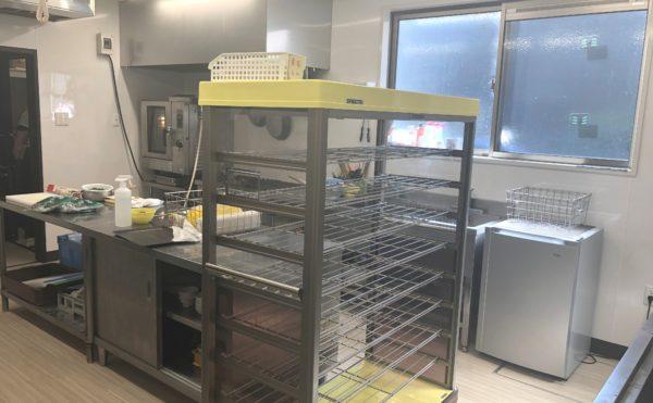 施設内の厨房 施設には本格的な厨房になっており、健康的な献立で食事を準備しています。(ハート・にしくぼ)