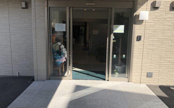玄関① エントランス玄関は、全面透明の扉で開放感がある玄関となっております。(ハート・にしくぼ)