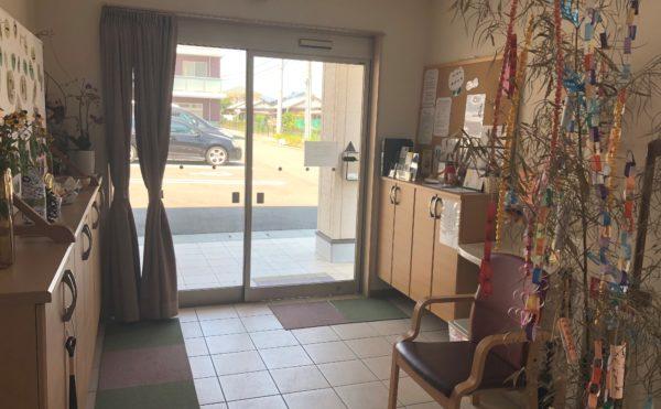 玄関 大きなガラスの玄関が開放的でベンチや手すりが設置されて安心です。(グループホーム ケアクオリティ おかりや)