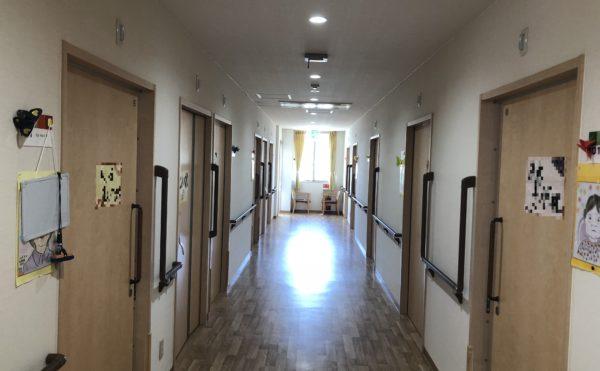明るい廊下 大きな窓が設置されていて明るくて広い廊下で移動も安心です。(グループホーム ケアクオリティ おかりや)