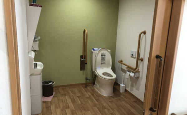 共有トイレ 清潔感のあるトイレで広くてゆったりと利用する事が出来ます。(グループホーム ケアクオリティ おかりや)