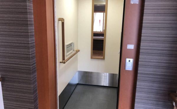 エレベーター 2階建の施設ですがエレベーターがあり、移動が便利になっています。(グループホーム ケアクオリティ おかりや)