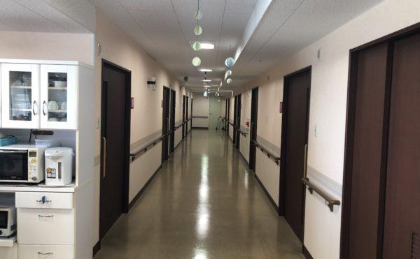 死角のない廊下② 広く直線の廊下は手すりが両側に設置され安心して移動することが出来ます。(アレンジメントケア桜ヶ丘)