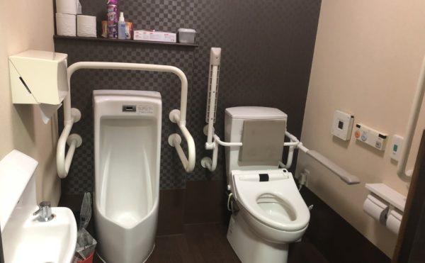 共有トイレ 広めのトイレスペースには、適所に手すりが配置されていて安心です。(グループホームケアクオリティ ゆとりあ)