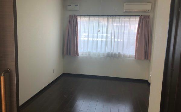 居室① 大きな窓が設置され開放的な空間で落ち着いたダークな内装になっています。(グループホームケアクオリティ ゆとりあ)