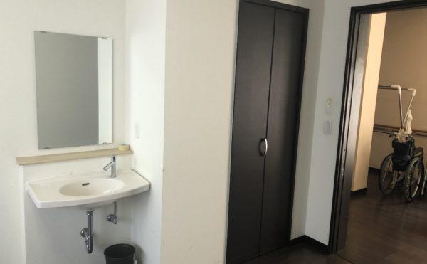 居室② 備え付けの収納と洗面が設置されていて快適に過ごす事が出来ます。(グループホームケアクオリティ ゆとりあ)