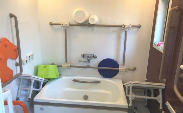 浴室 清潔感のある広めの空間に手すりを適所に設置されていて安心して快適に利用できます。(ケアクオリティアンダンテ)