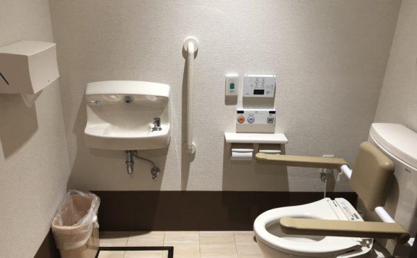 共有トイレ 広くて清潔な空間で手すりがきちんと設置され安心して利用する事が出来ます。(ケアクオリティアンダンテ)