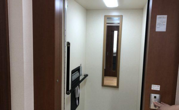 エレベーター 大きめの空間にエル型の手すりが設置されて安心して利用する事が出来ます。ケアクオリティアンダンテ)