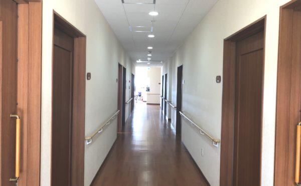 広い廊下 廊下には両側に手すりが設置され安心して歩行・移動することが出来ます。(グループホームケアクオリティ望静大前)