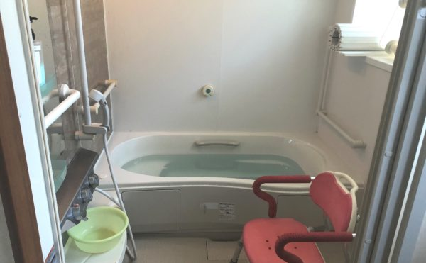 浴室 清潔感の浴室で手すりが設置されて安心して利用する事が出来ます。(グループホームケアクオリティ望静大前)