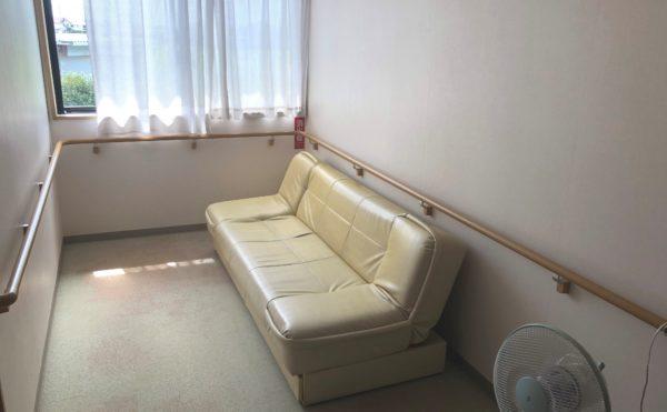 廊下① 広い幅の廊下には両側の壁に手すりを配置しているので安心して移動することが出来ます。(グループホーム シェリー)
