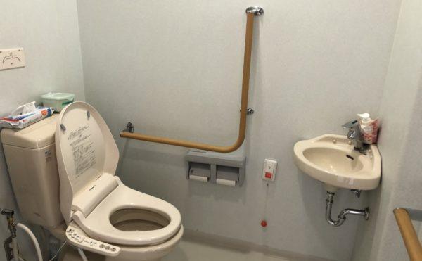 共有トイレ 清潔感があり広いトイレには手すりを適所に配置し、安心して利用する事が出来ます。(グループホーム シェリー)