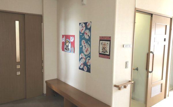 廊下② 明るくて開放的な廊下には手すりや腰掛けスペースもあり、掲示物などを展示しています。(グループホーム シェリー)