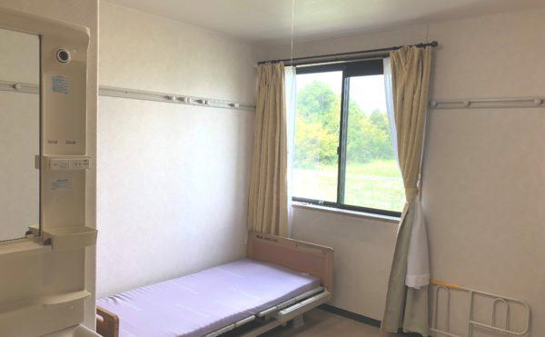 居室 大きな窓が配置されていて開放的で洗面スペースもあり、安心して毎日を過ごす事が出来ます。(グループホーム シェリー)