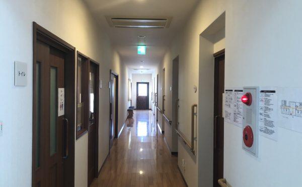 明るい廊下。明るい廊下は手すりが設置され安全に移動が出来るようになっています。(グループホーム ケアクオリティシャンテ)